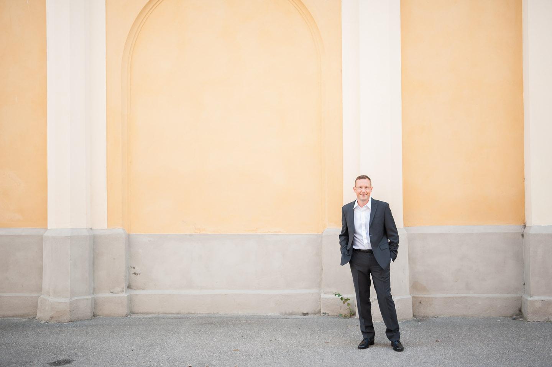 Tony Andersson utanför byggnad.