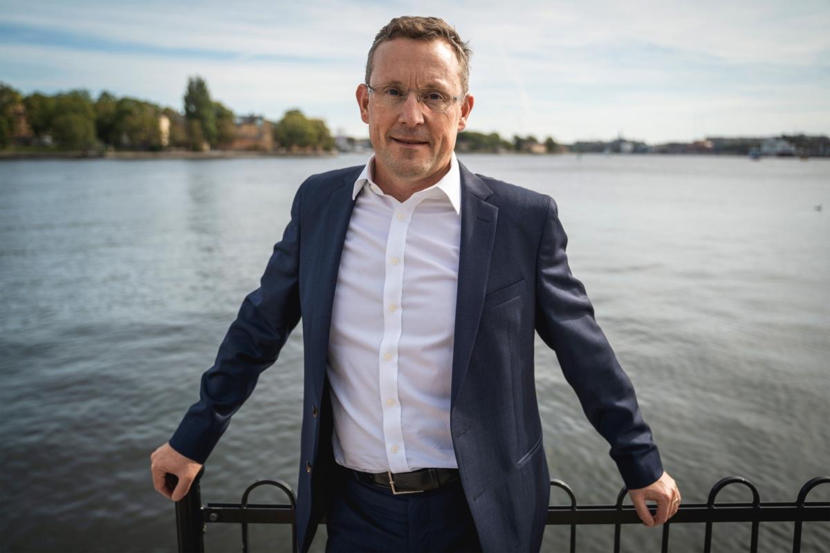 Tony Andersson, VD och Koncernchef på Infrea står lutad mot räcke.