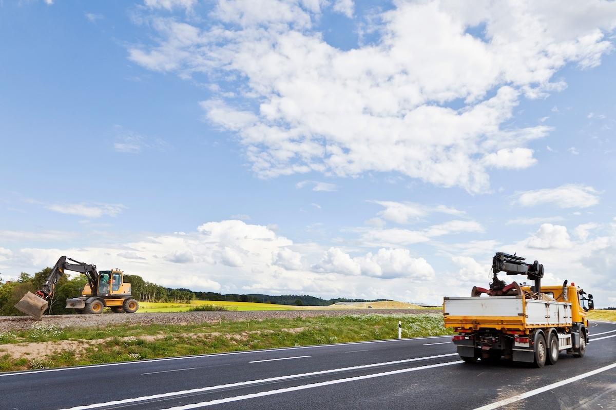 Lastbil bid motorväg.